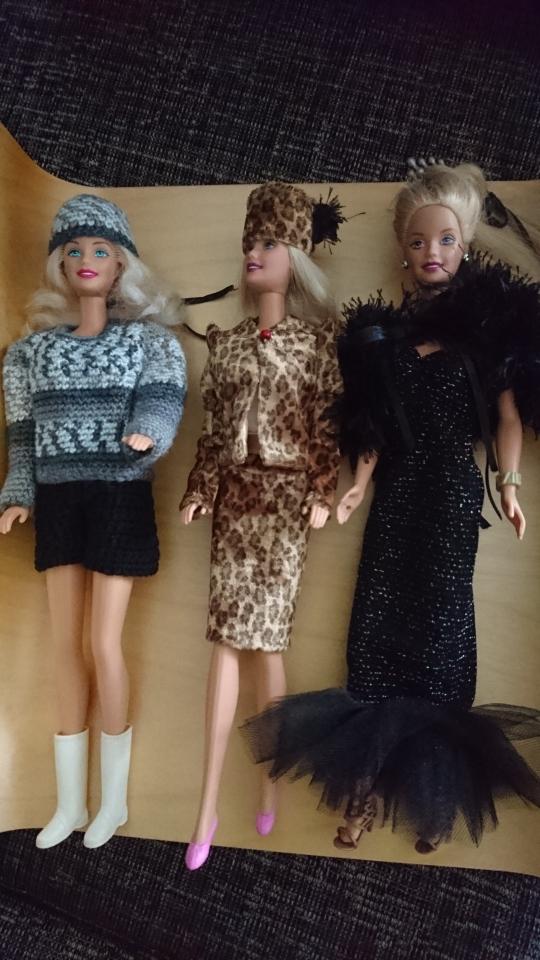 Barbiedockor klädda i olika handgjorda outfits